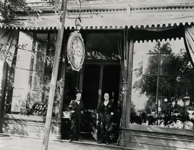 Walter Sheaffer y su padre Jacob Sheaffer en la puerta de su joyería