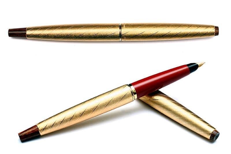 Parker 45 Lady brocada en dorado y rojo