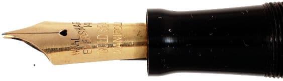 Imagen de la boquilla de la pluma donde se puede ver la rosca del capuchón y el plumín