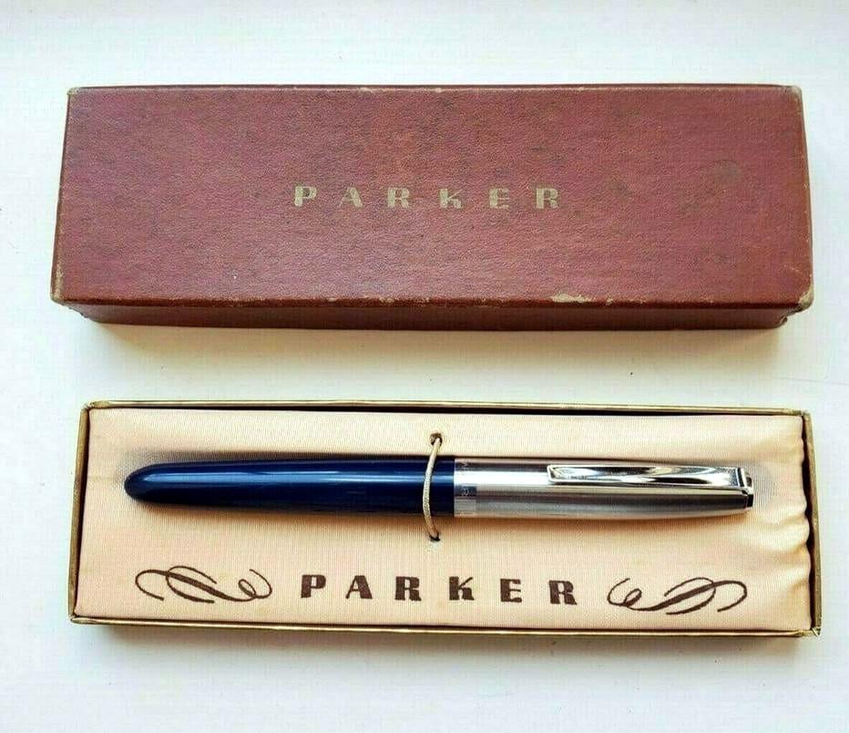 Caja con una Parker 21 en color azul