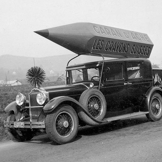 Publicidad Caran d'Ache en un coche con lápiz giante