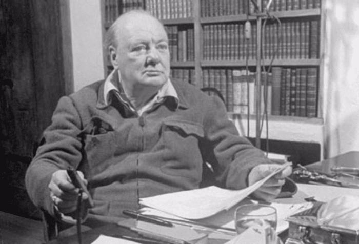 Churchill en su escritorio